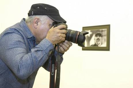 Roberto Chile dispara su cámara en Inauguración de Fidel es Fidel s LAs Palmas de Gran Canaria. Foto Juan Castro (LP)