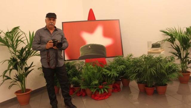 """Roberto Chile, fotógrafo y documentalista cubano, junto al conjunto """"La Estrella de Fidel"""". Según sus palabras: """"el planteamiento de esta exposición, con la recración del montaje del Memorial José Martí de La Habana, nunca había tenido este formato fuera de Cuba; ha sido, de verdad, algo inédito""""."""