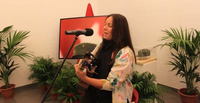 """Lucía Sócam cantó junto a la pieza central de la exposición, """"La Estrella de Fidel""""."""
