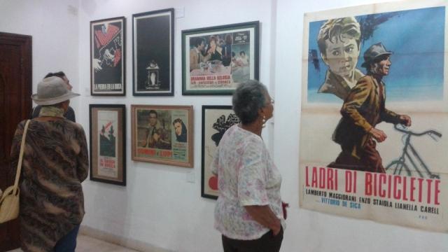 """El público disfrutando de la exposición """"CARTELES ALL`ITALIANA"""" de Luigi Bardellotto"""