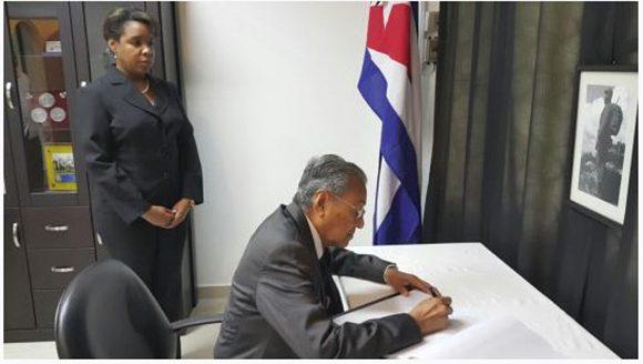 El ex primer ministro de Malasia firma el libro de condolencias.