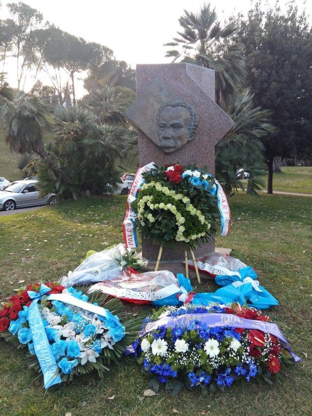 Ofrendas florales acompañaron homenaje a #Martí en #Roma. Su Isla y su bandera se hicieron de flores.