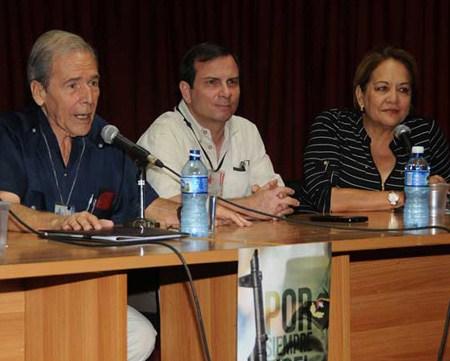 """Rolando Rodríguez, Izquierda y Fernando González, Centro, presiden conferencia: """"Concepción de Fidel sobre el papel de la cultura en la Revolución Cubana""""  en el marco de la 26 Feria Internacional del Libro de La Habana, Cuba"""