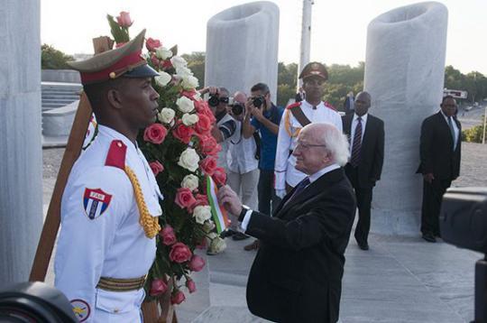 Higgins colocó una ofrenda floral al Apóstol de la independencia de Cuba y seguidamente recorrió el Memorial, donde aprendió sobre su vida y obra