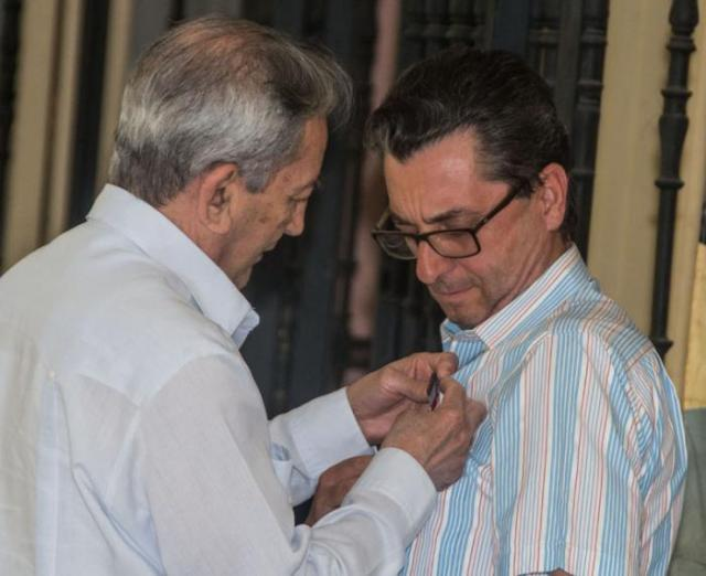 José Ramón Balaguer impuso la Medalla de la Amistad a José Luis Centella, secretario general del Partido Comunista de España. Foto: Omara García